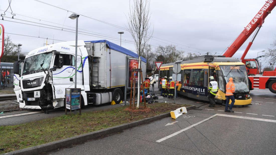 In Karlsruhe gab es einen Unfall zwischen einer Straßenbahn und einem Lkw.