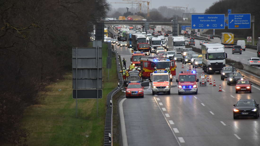 Auf der A5 brennt ein Auto komplett aus, wodurch ein Stau entsteht.