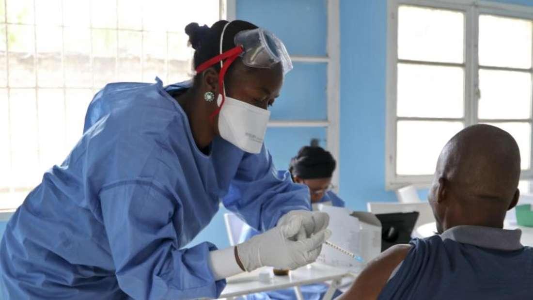 In Mbandaka im Kongo wird ein Mitarbeiter der Weltgesundheitsorganisation (WHO) gegen Ebola geimpft. Foto: Sam Mednick/AP