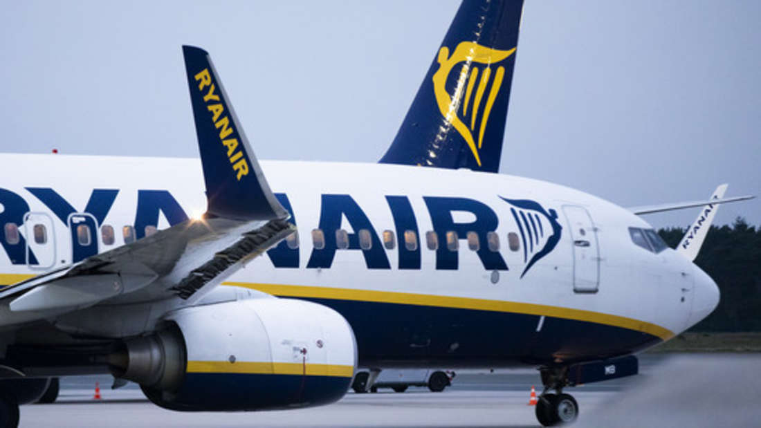 Ein Ryanair-Flug saß wegen Schneefällen stundenlang am Flughafen fest. Doch wie die Crew das Problem handhabte, sorgte bei Ärger unter den Passagieren.