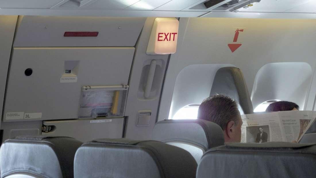 Im Flugzeugzeigt die Crew dieeinzelnenNotausgänge an - doch einen laut einem ehemaligen Piloten wichtigen Hinweis erwähnt sie nicht.
