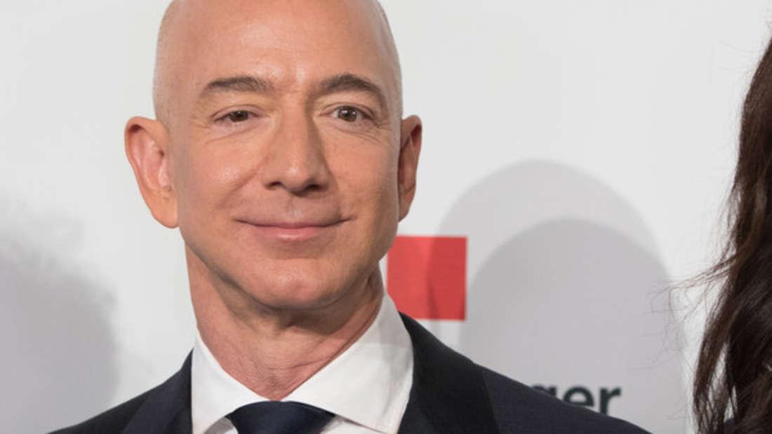 Platz 1: Daszweite Jahr in Folge konnte Amazon-Gründer Jeff Bezos die Poleposition für sich beanspruchen. Er war der erste Mensch der Welt, dessen Vermögen einen dreistelligen Milliardenbetrag erreichte. Unglaubliche 131 Milliarden Dollar machen ihn zum reichsten Menschen der Geschichte.