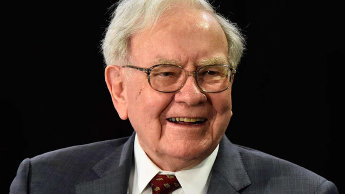 """Platz 3: Die US-Investmentlegende Warren Buffett hat es sich 2019 wieder auf demSiegertreppchen gemütlich gemacht. Zwar kann er 2019 """"nur"""" noch 82,5 Milliarden Dollar (zum Vergleich: 2018 waren es noch 87 Milliarden Dollar) aufweisen, aber das reicht immer noch für die Bronzemedaille."""
