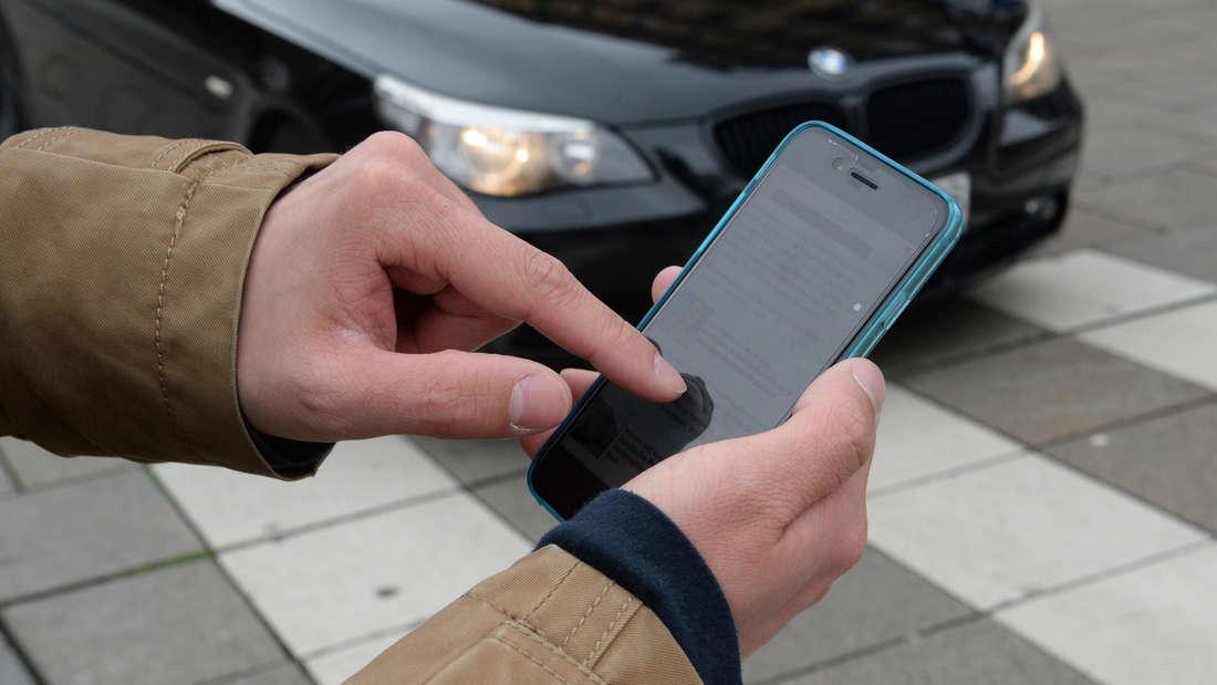 Unfall in Talhausstraße, weil eine Fußgängerin auf ihr Handy schaute?