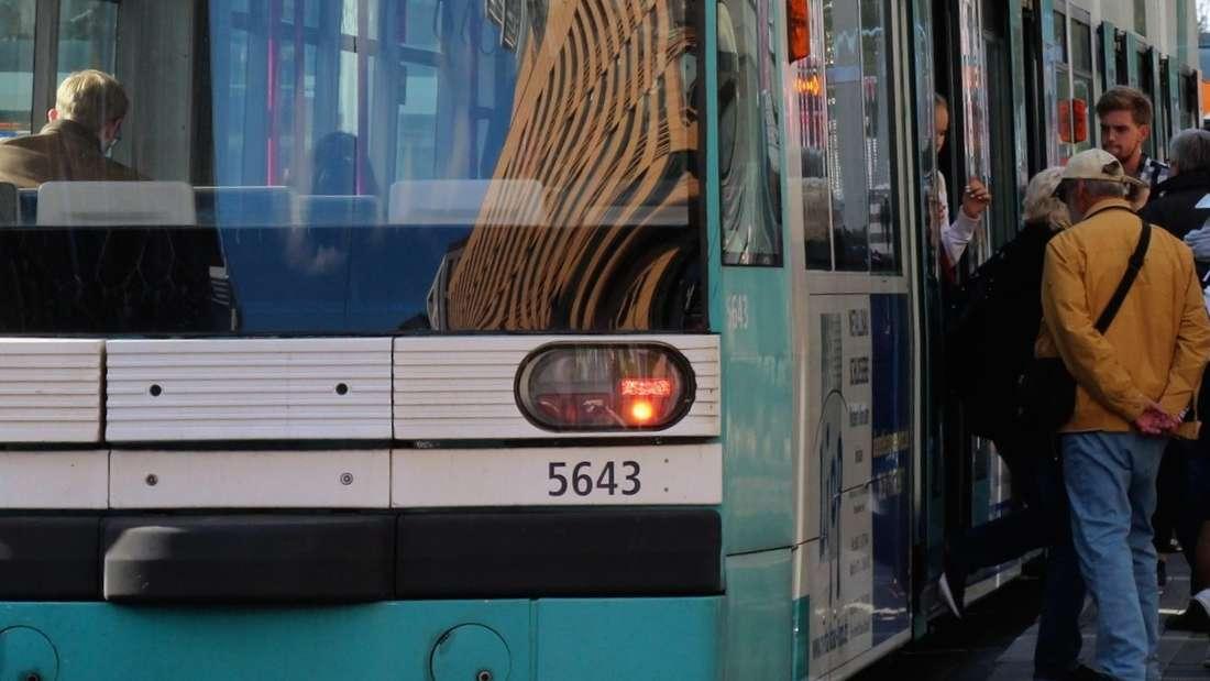 In einer Straßenbahn geht ein Mann plötzlich auf einen Fahrgast los. (Symbolfoto)