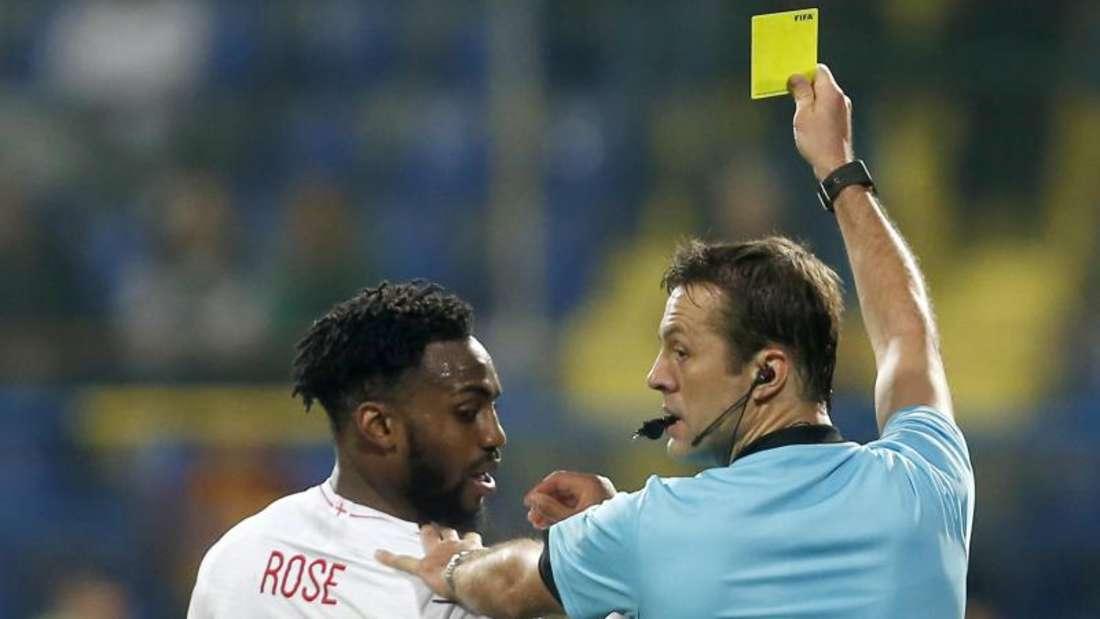 Nachdem Danny Rose die Gelbe Karte gesahen hatte, soll er rassistisch beleidigt worden sein. Foto: Darko Vojinovic/AP