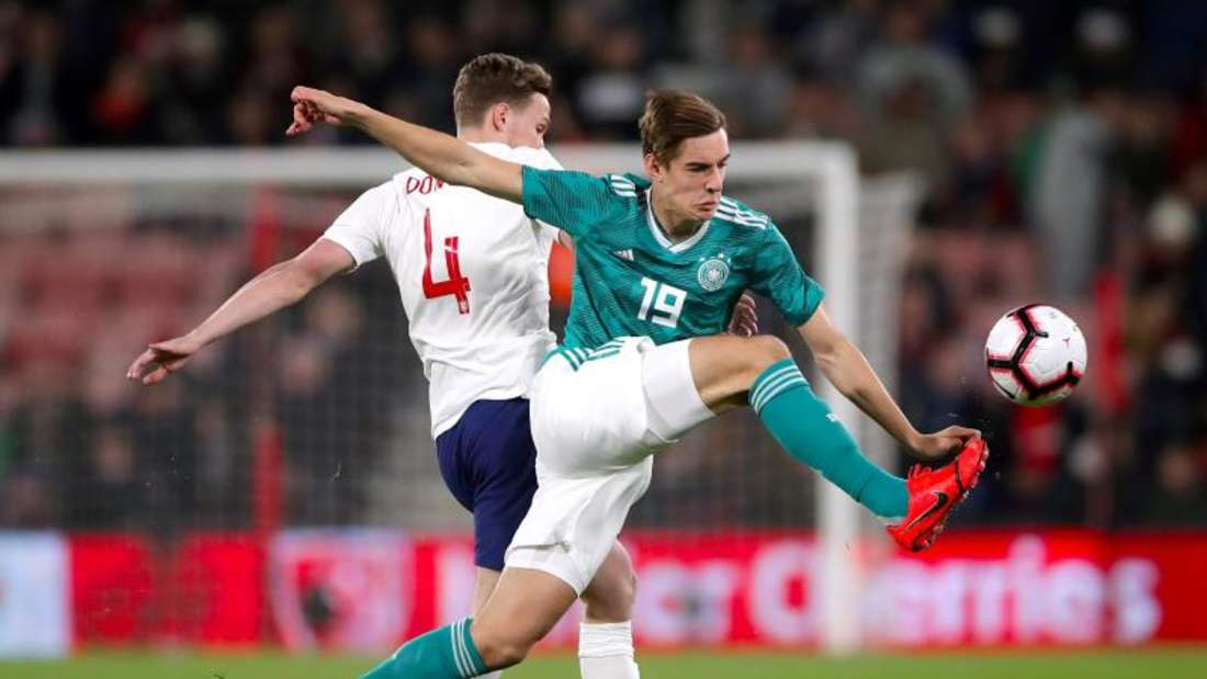 Der Engländer Kieran Dowell (l) und Florian Neuhaus kämpfen um den Ball. Foto: John Walton/PA Wire