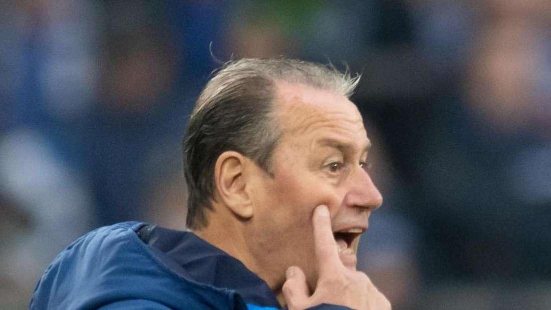 Schalkes Interims-Trainer Huub Stevens will Mittelfeldspieler Nabil Bentaleb eine neuen Chance geben. Foto: Bernd Thissen
