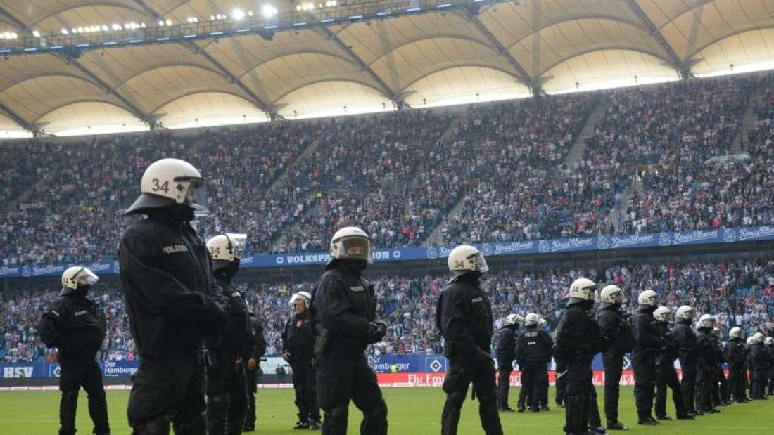Polizisten beimEinsatz in einem Stadion. Foto: Daniel Bockwoldt