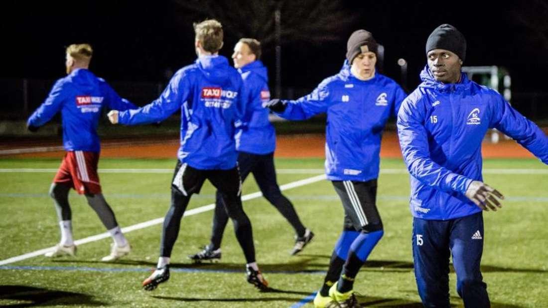 Kebba Manneh (r) beim Training mit seinen Teamkollegen vom SC Lauchringen. Foto: Christoph Schmidt/dpa