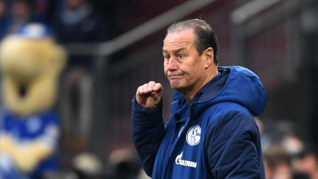 Schaut nicht auf die Tabelle: Schalke-Coach Huub Stevens. Foto: Ina Fassbender/dpa
