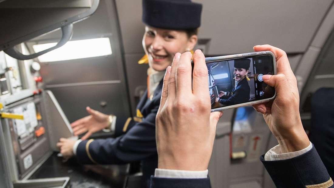 Frauen-Power im Flugzeug: Eine Flugbegleiterin ließ sich für die Sicherheitshinweise etwas ganz besonderes einfallen. (Symbolbild)