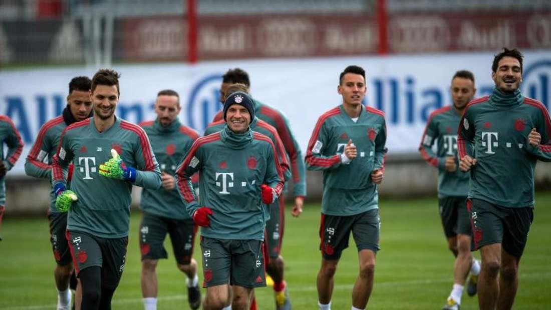 Die Spieler des FC Bayern laufen sich warm. Vor dem Gipfel gegen den BVB treffen die Münchner in der Bundesliga auf den SC Freiburg. Foto: Sina Schuldt/dpa
