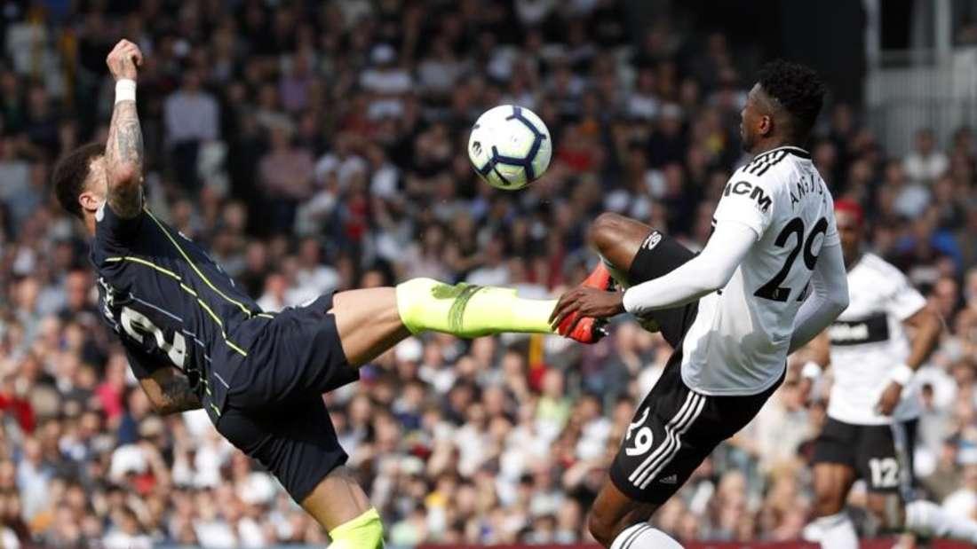 Manchesters Kyle Walker (l) kämpft mit Fulhams Andre-Frank Zambo Anguissa um den Ball. Foto: Alastair Grant/AP
