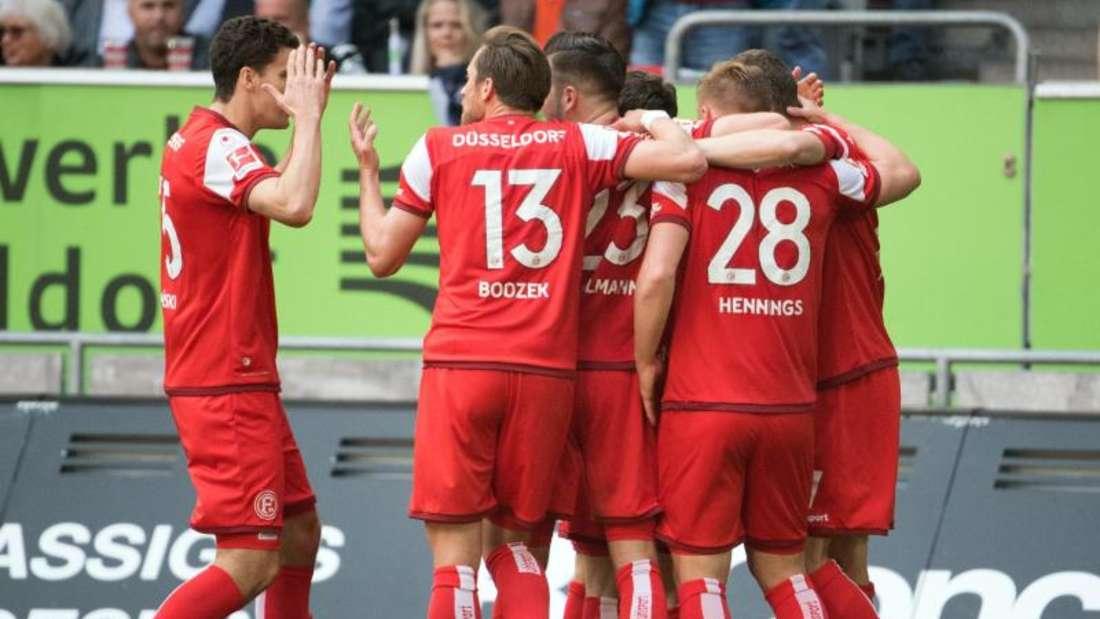Die Düsseldorfer Spieler feiern das 3:0 durch Rouwen Hennings (28). Foto: Federico Gambarini/dpa