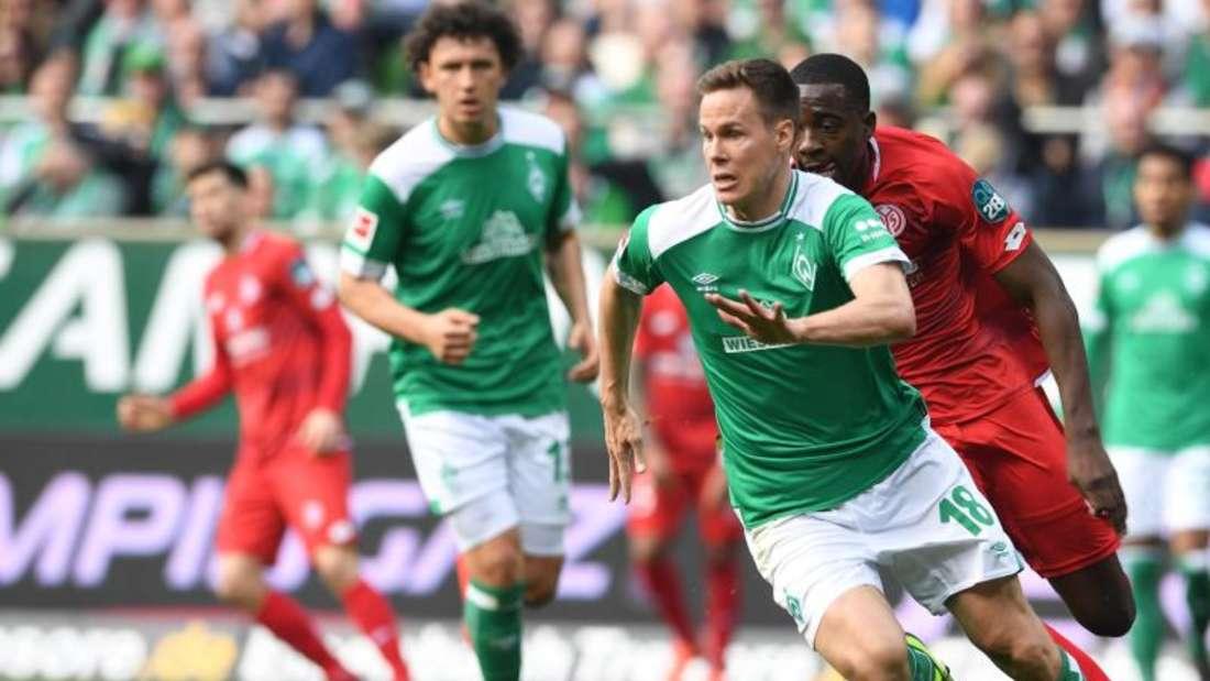 Werders Niklas Moisander (l) im Laufduell mit dem Mainzer Jean-Philippe Mateta. Foto: Carmen Jaspersen/dpa