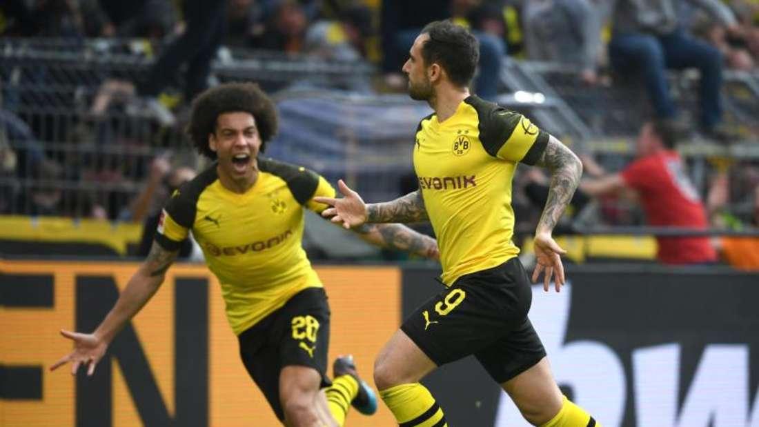 Dortmunds Paco Alcacer und Axel Witsel (l) bejubeln das späte 1:0 gegen Wolfsburg. Foto: Ina Fassbender/dpa