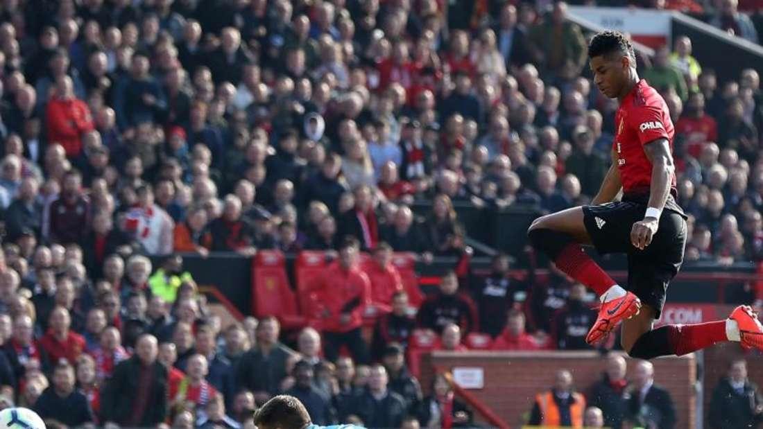 Manchesters Marcus Rashford (r) erzielt das erste Tor seiner Mannschaft gegen den FCWatford. Foto: Martin Rickett/PAWire/dpa