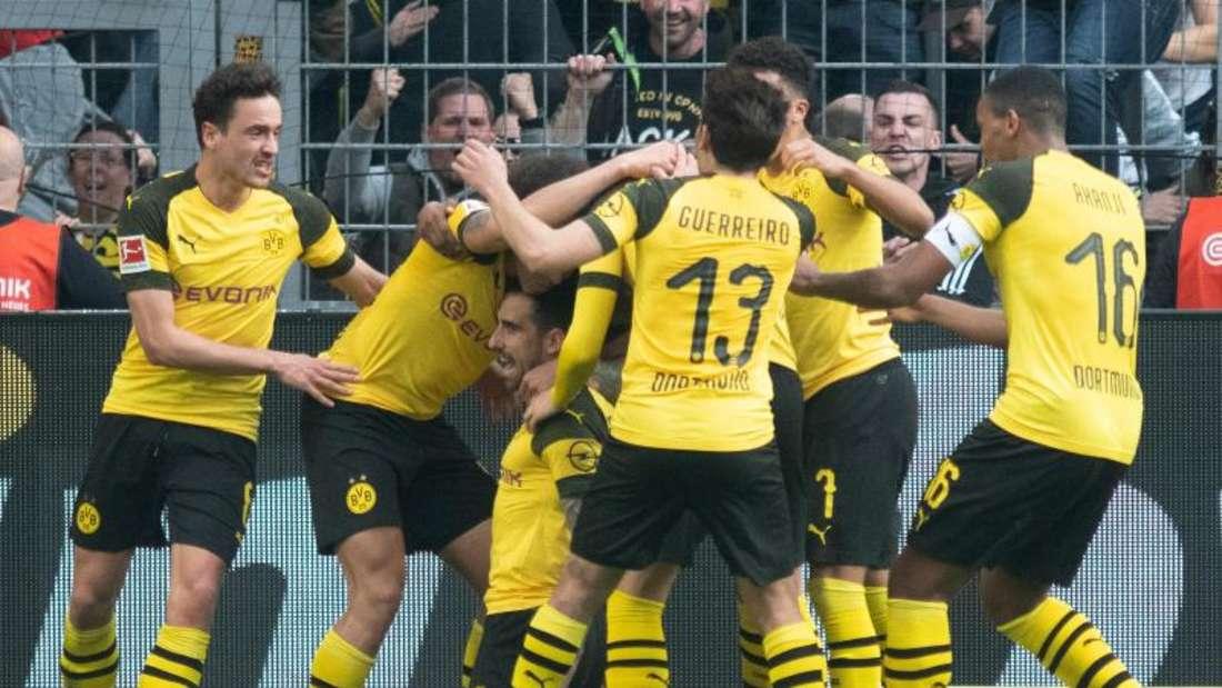 Dortmunds Paco Alcácer (knieend) wird von seinen Mitspielern für seinen späten Treffer zum 1:0 gefeiert. Foto: Bernd Thissen/dpa