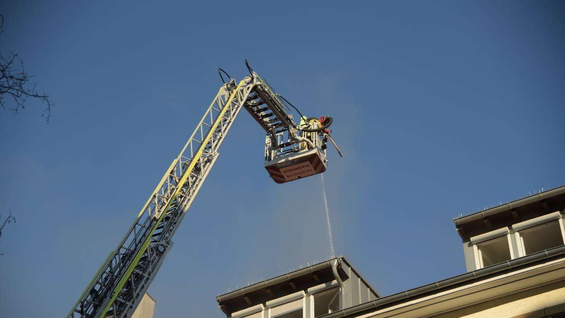 Die Feuerwehr versucht den Brand zu löschen.