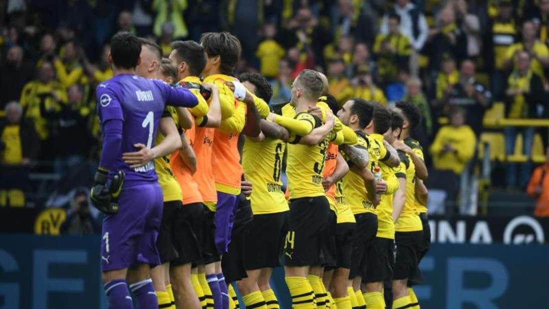 Die BVB-Spieler feiern nach dem Sieg gegen Wolfsburg mit ihren Fans die Rückkehr auf Platz eins. Foto: Ina Fassbender/dpa