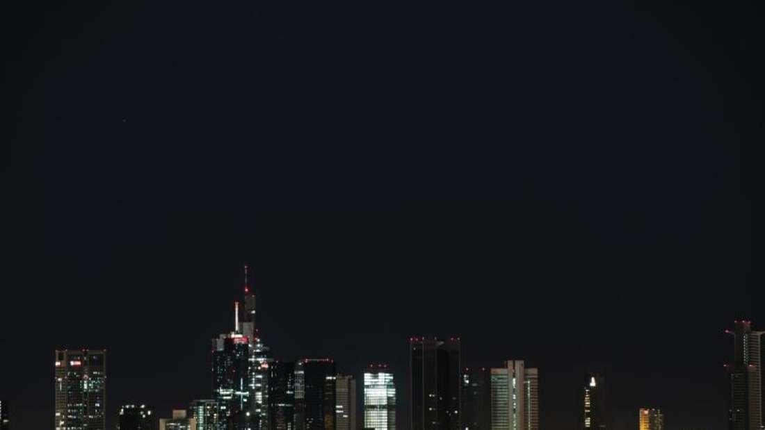 """Die Hochhäuser der Frankfurter Skyline während der """"Earth Hour"""" (Stunde der Erde). Bei der jährlichen Aktion verdunkeln viele Städte ihre Wahrzeichen. Foto: Silas Stein"""
