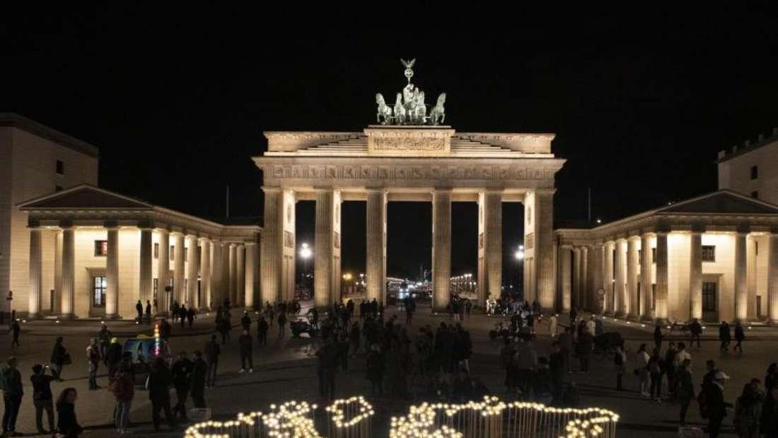 Das erleuchtete Brandenburger Tor vor Beginn der weltweiten Aktion «Earth Hour 2019». Foto: Paul Zinken