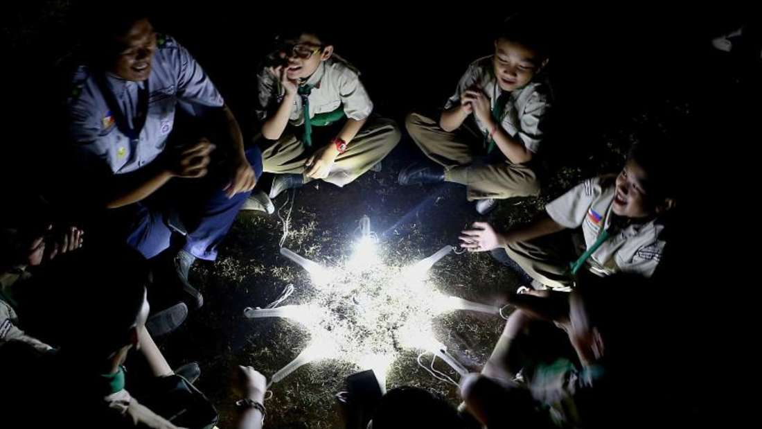 Kinder auf den Philippinen haben mit ihren Taschenlampen einen Stern gebildet. Foto: XinHua
