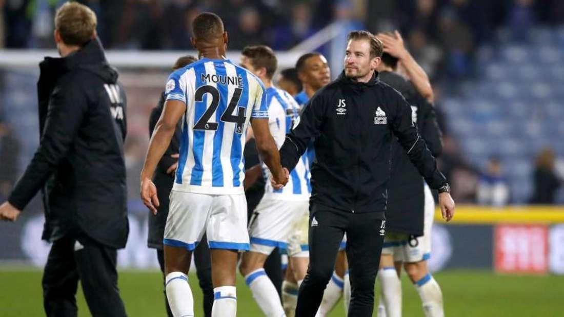 Trainer Jan Siewert (r) steht mit seinem Team Huddersfield Town als erster Absteiger der Premier League fest. Foto: M. Rickett/PA Wire/dpa