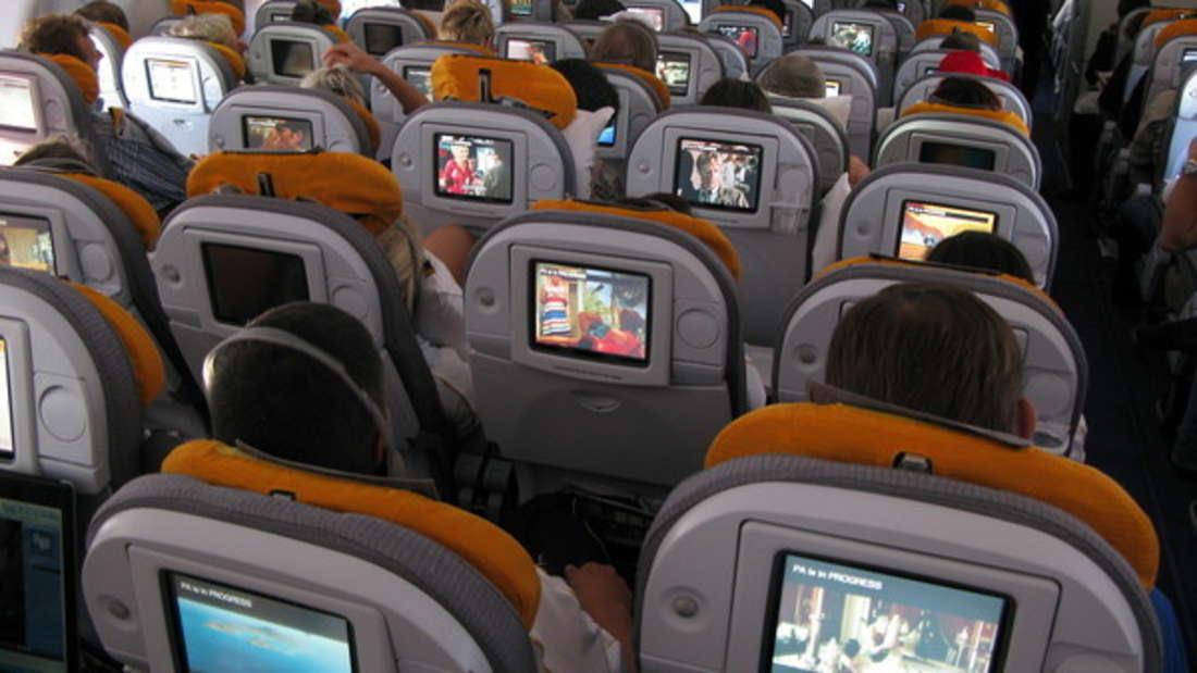Im Flugzeug lernt man viele Menschen kennen - und manchmal wird auch mehr daraus.