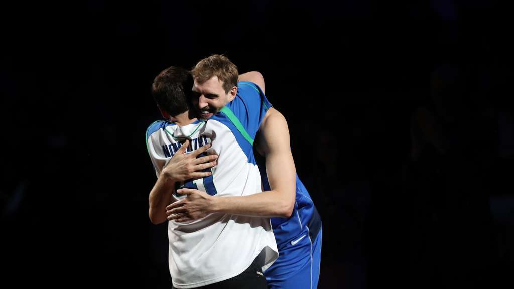 Dirk Nowitzki (r.) umarmt Mark Cuban, Besitzer der Dallas Mavericks.