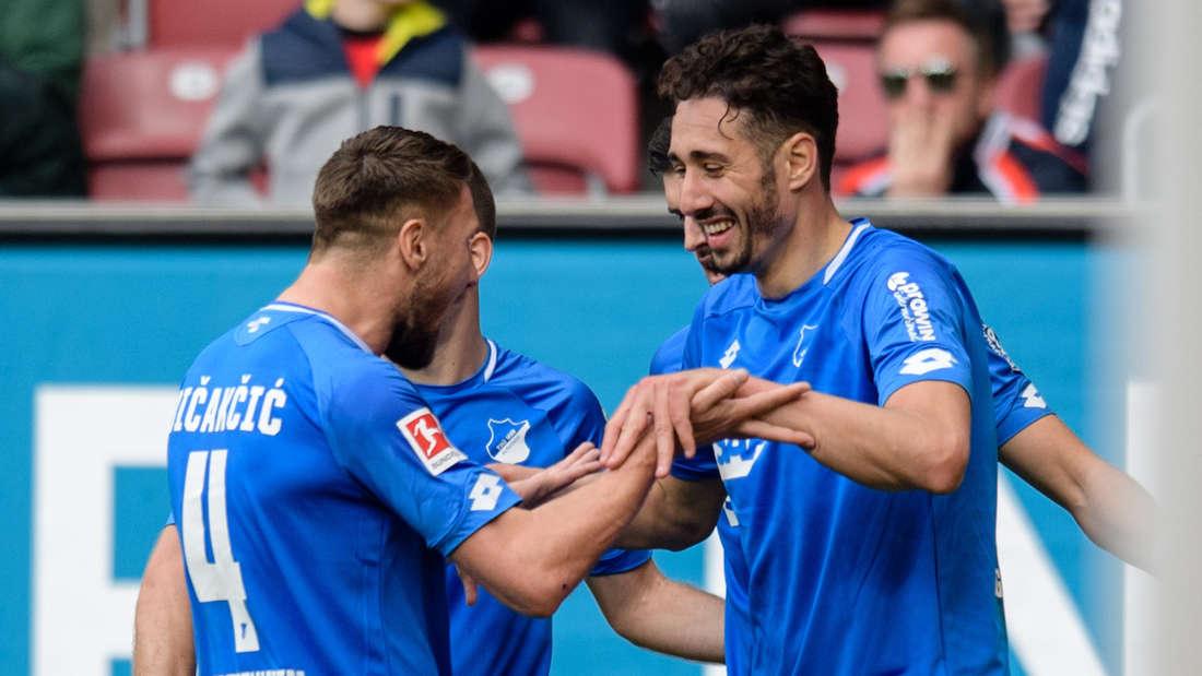 Torschütze Ishak Belfodil (r) jubelt mit Ermin Bicakcic von Hoffenheim über seinen Treffer zum 0:3.