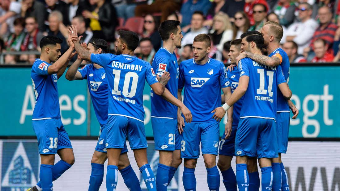 Torschütze Andrej Kramaric (3.v.r.) von Hoffenheim jubelt mit seinem Team über den Treffer zum 0:1.