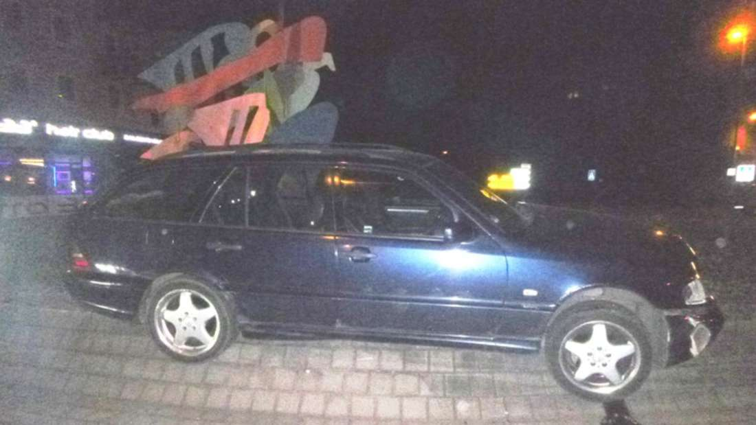Den Mercedes lässt der Unfallfahrer abgeschlossen auf dem Kreisverkehr zurück.