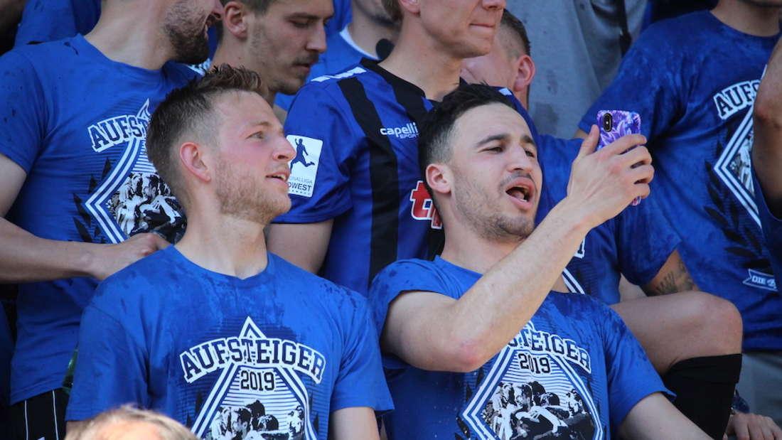 SV Waldhof Mannheim feiert mit Fans Aufstieg in die 3. Liga.
