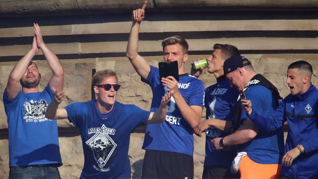 Der SV Waldhof Mannheim feiert am Wasserturm den Aufstieg in die 3. Liga.