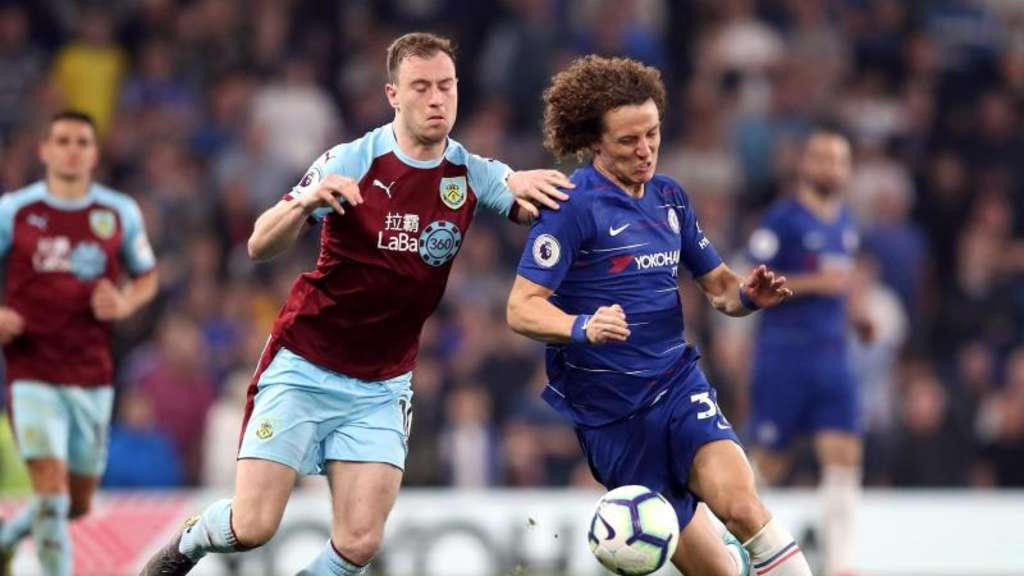 Chelseas David Luiz (r) und Ashley Barnes vom FC Burnley kämpfen um den Ball. Foto: Adam Davy/PA Wire