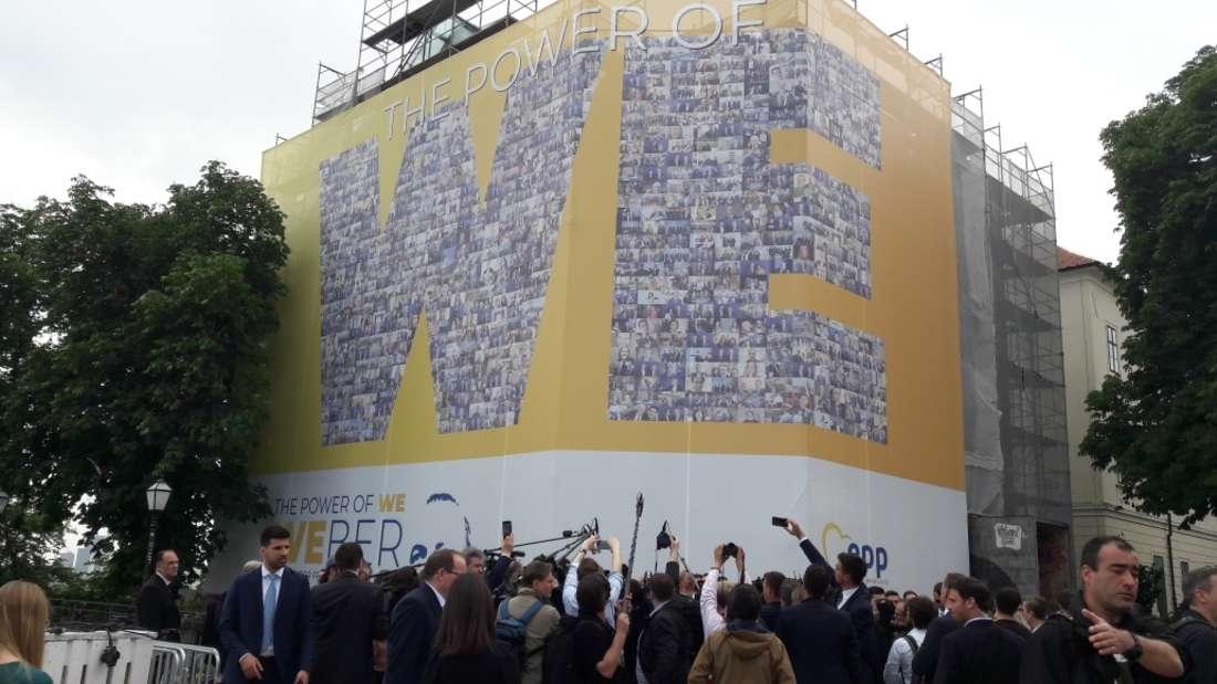 Ein Wahlplakat von Manfred Weber (CSU) in XXL