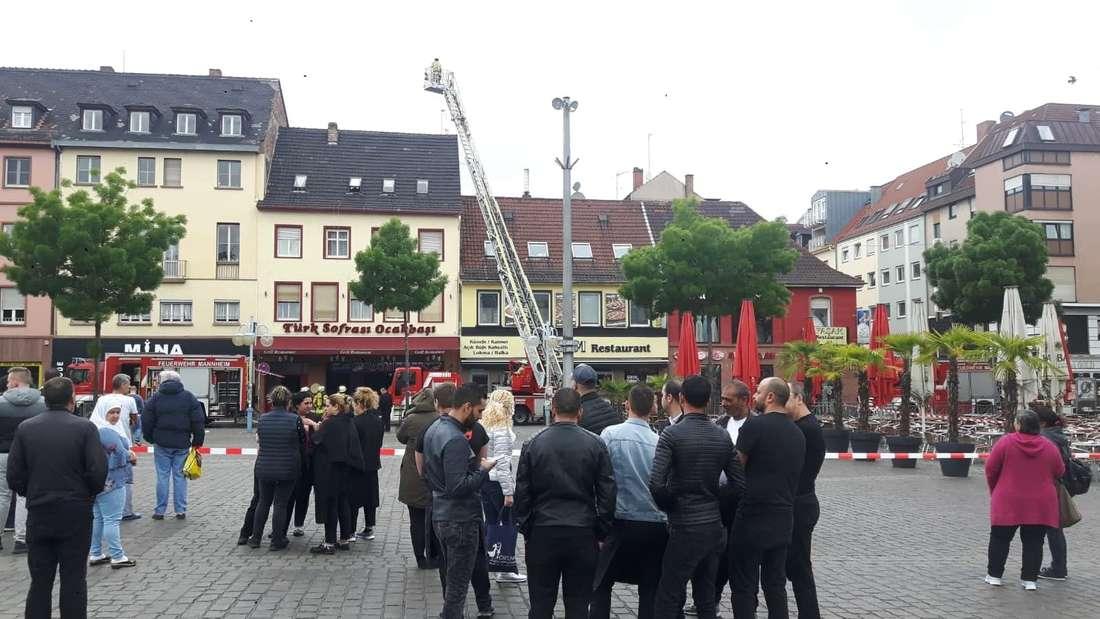 Mehrere Schaulustige beobachten den Brand am Marktplatz.