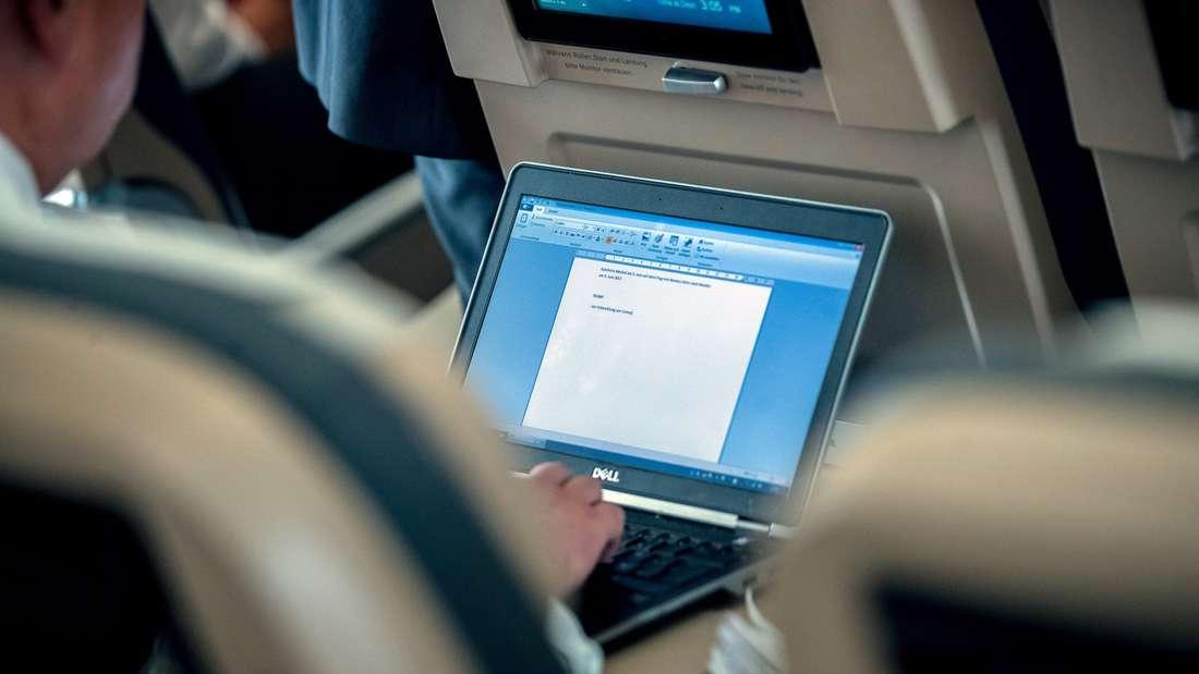 Sicherheitshinweise sind für alle Passagiere eines Flugzeugs obligatorisch. (Symbolbild)