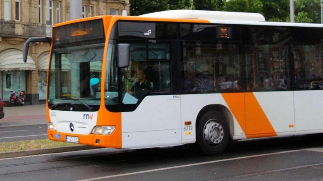 Ein Mädchen ist mit dem Bus unterwegs, als sich plötzlich ein Fremder neben sie setzt. (Symbolbild)