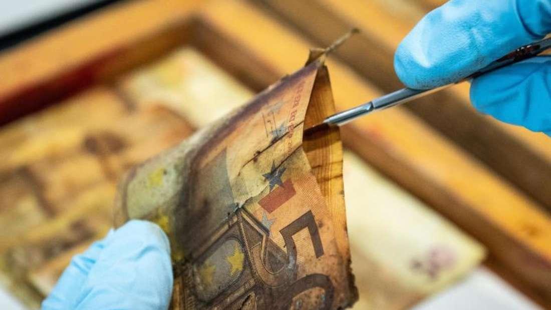 Mitarbeiter des Nationalen Analysezentrums können selbst aus Geld, das im Garten vergraben wurde, noch etwas machen.