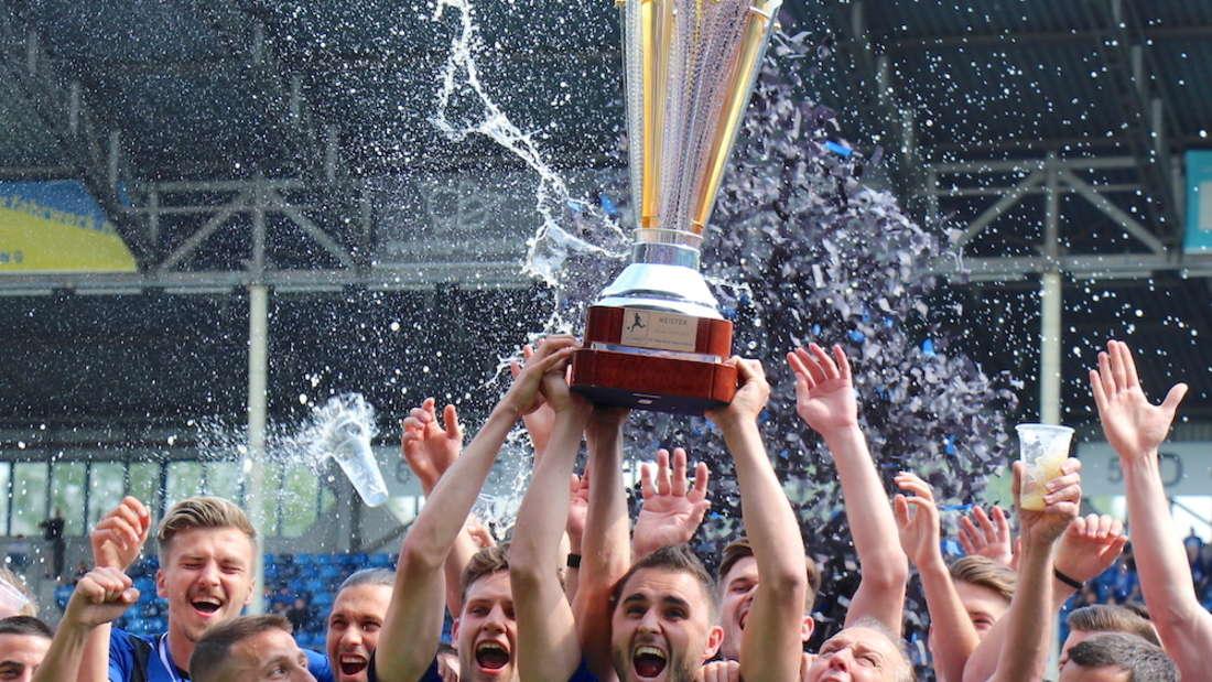 Der SV Waldhof Mannheim erhält den Meisterpokal.