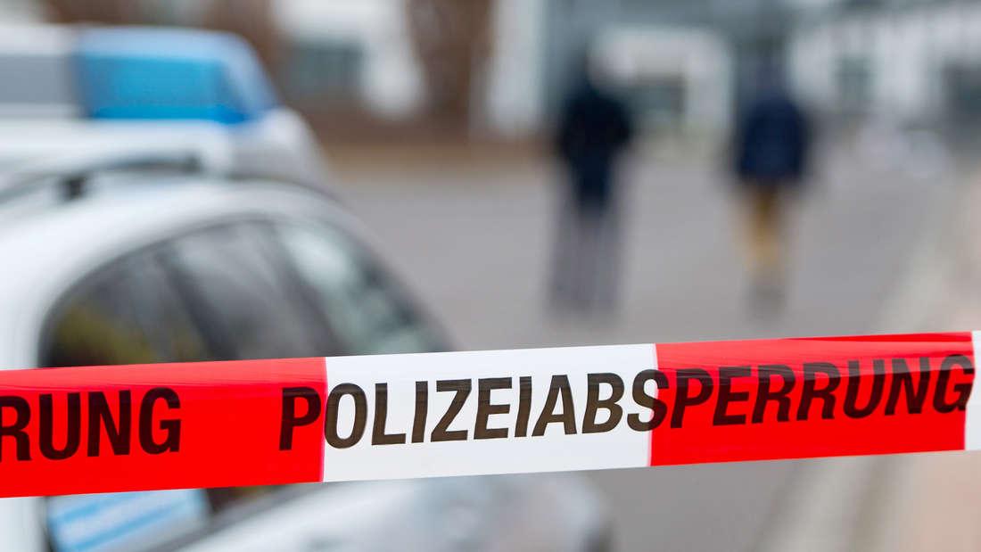 Die Polizei muss die Straße absperren, damit niemand von den Dachziegeln getroffen wird. (Symbolfoto)