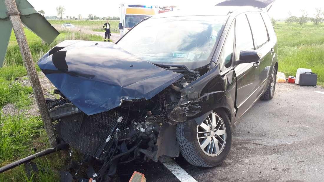 In Jever bei Wilhelmshaven übersah ein Autofahrer einen heranrasenden Zug - Es folgte ein Horror-Unfall zwischen Auto und Bahn - Die Bahnstrecke wurde gesperrt.
