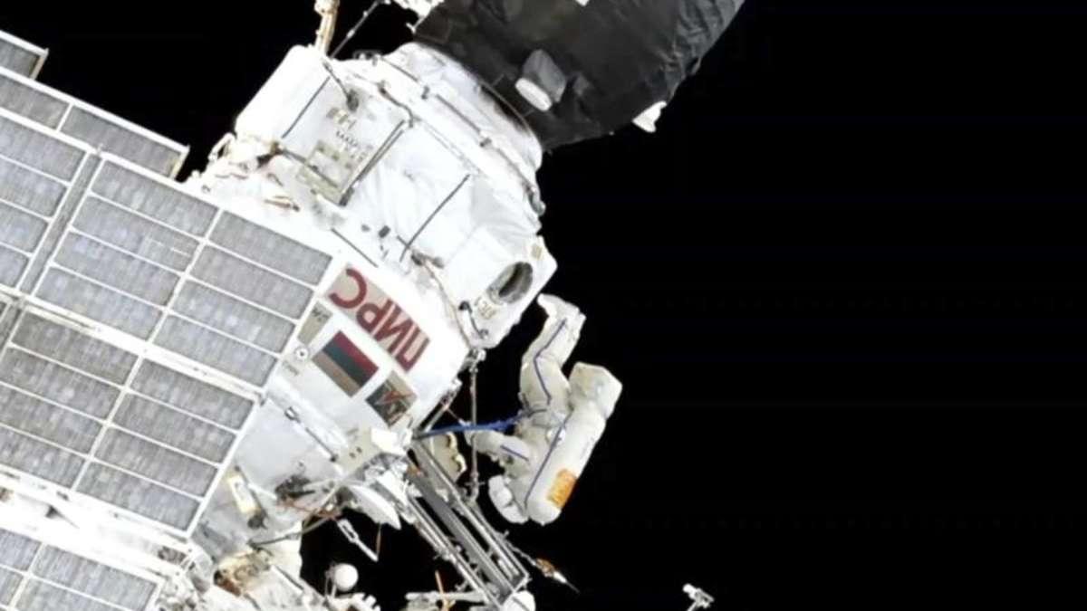 fr hjahrsputz im weltall kosmonauten reinigen iss von. Black Bedroom Furniture Sets. Home Design Ideas