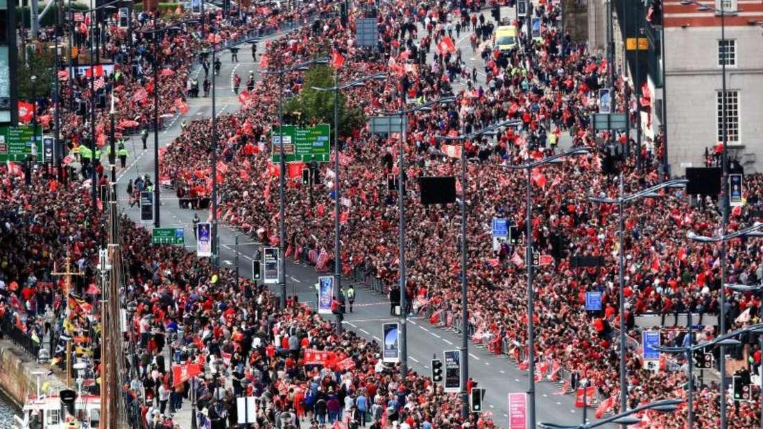 Tausende Fans stehen rechts und links neben der Straße, auf der der Bus mit den Spielern erwartet wurde. Foto: Barrington Coombs/PA Wire