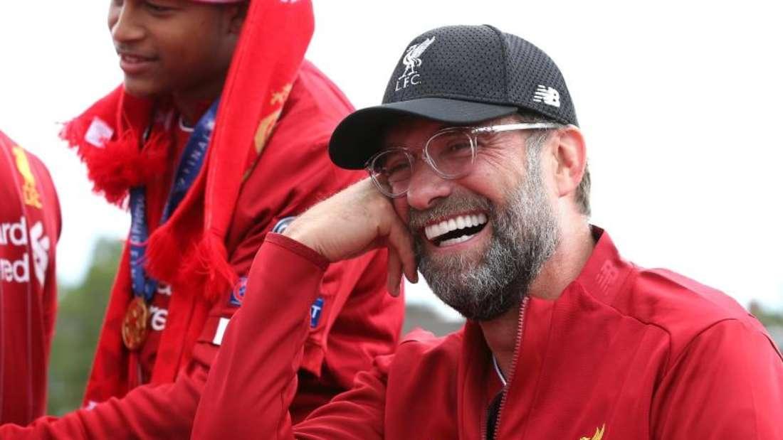 Sichtlich gelöst zeigt sich Jürgen Klopp während der Parade in Liverpool. Foto: Barrington Coombs/PA Wire