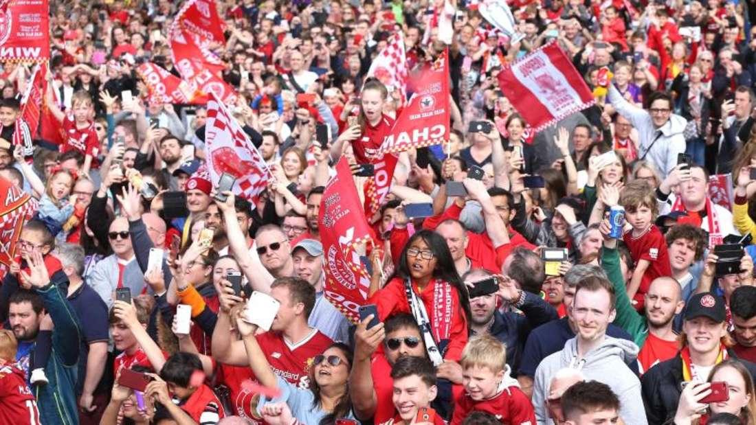 Fans warten in Liverpool auf die die Spieler. Foto: Barrington Coombs/PA Wire