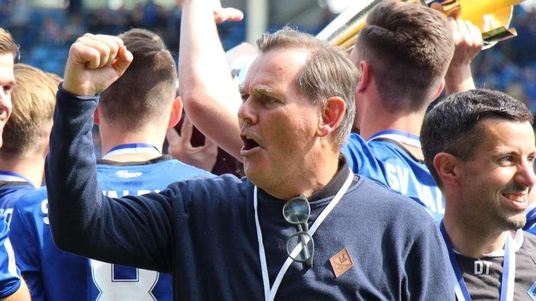 Waldhof-Präsident Bernd Beetz feiert gemeinschaft mit der Mannschaft den Aufstieg in die Dritte Liga.